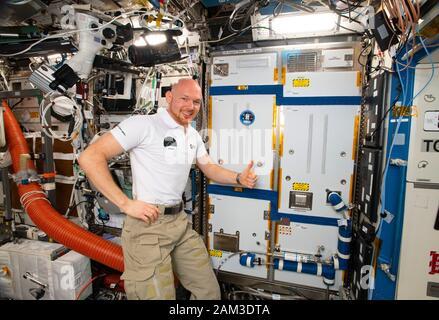ISS - 19 octobre 2018 - expédition 57 Commandant Alexander Gerst de l'ESA (Agence spatiale européenne), entouré d'appareils d'exercice et de science à l'intérieur du Dest américain Banque D'Images