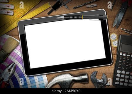 Tablette numérique avec écran vide sur une table en bois avec outils de travail, calculatrice et monnaie européenne. Concept d'amélioration de l'habitat Banque D'Images