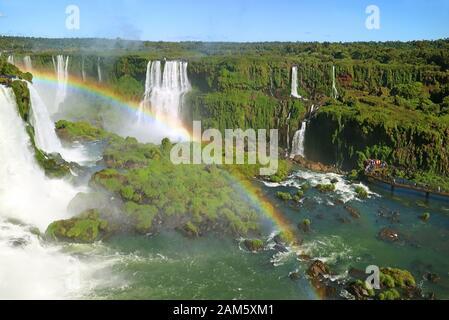 Vue aérienne spectaculaire sur les chutes d'Iguazu avec l'arc-en-ciel Du Côté brésilien, Foz do Iguacu, Brésil, Amérique du Sud Banque D'Images