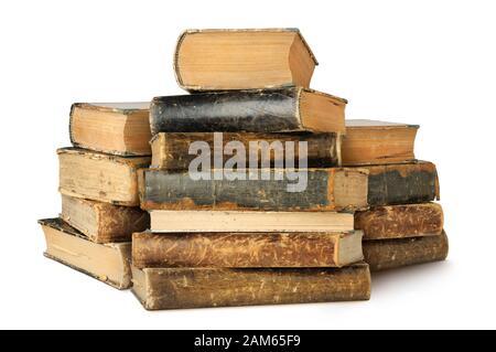 Vieux livres isolés. Trois piles de livres de cru isolé sur fond blanc avec clipping path Banque D'Images