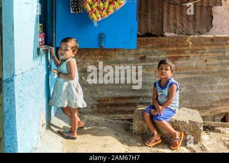 Enfants indiens au magasin près du réseau ferroviaire De Banlieue de Dharavi Slum. Mumbai. Inde