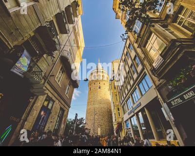 Tour de Galata et rue dans la vieille ville d'Istanbul, Turquie 27 octobre 2019. BELTUR Galata Kulesi ou Galata tour dans la partie ancienne et historique de Banque D'Images