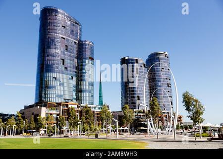 Perth, AUSTRALIE - 24 décembre 2019: L'hôtel Ritz-Carlton construit et les tours d'Elizabeth Quay, le nouveau port moderne de Perth sur t Banque D'Images