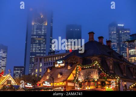 Francfort-sur-le-Main, Allemagne - 25 novembre 2019: Ambiance de Noël dans le centre-ville près D'Un der Hauptwache. Gratte-ciel sortant dans le brouillard dans le Banque D'Images