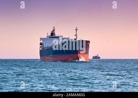 M/S Sti Diamond, pétrolier/pétrolier, à Galveston Bay, sur son chemin du port de Houston au golfe du Mexique au lever du soleil près de Galveston, Texas, États-Unis