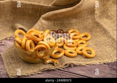 Petits bagels et chocolats sur fond de tissu à l'intérieur rugueux gros plan Banque D'Images