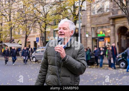 Prague, République Tchèque. 17 Novembre 2019. Miroslav Sládek, politicien tchèque, s'adressant à la foule de la place Wenseslas, Prague, à l'occasion du 30ème anniversaire de la Révolution de velours. Sládek (né le 24 octobre 1950 à Hradec Králové) est le fondateur et président de la coalition populiste de droite pour la République – Parti républicain de Tchécoslovaquie (SPR-RSČ).