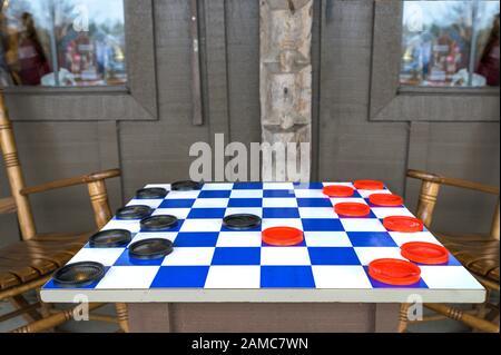 Un damier bleu et blanc avec des pièces de jeu noir et rouge, mis en place et prêt à l'action, dans le comté de Lancaster, en Pennsylvanie