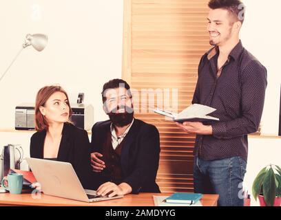Les jeunes collaborateurs. Les personnes faisant des affaires discussion en bureau coworking modernes. Les gens d'affaires et à communiquer à travailler de concert avec ses collègues de bureau. Les gens d'équipe. Les gens concept. Banque D'Images