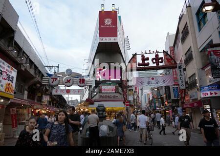 Ameyoko ou Ameyayokocho ou le quartier Ameya Yokocho dans la région d'Ueno de Tokyo, Japon, Asie avec des gens du shopping et des touristes marchant Banque D'Images