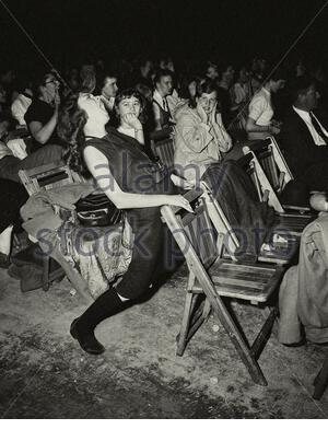 """Un jeune fan d'Elvis ne peut pas retenir ses émotions, USA, 1957 La composition"""" Trop"""" d'Elvis Presley fait chanter cet adolescent en haut de son Banque D'Images"""