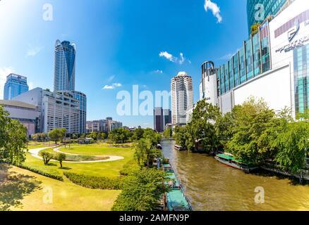 Bangkok, Thaïlande - 29 novembre 2019 : vue panoramique sur le canal traversant le centre de Bangkok. Bâtiments de grande hauteur et parc sur le côté. Banque D'Images