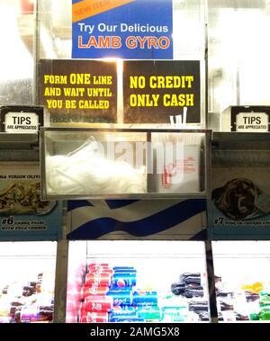 Signez à la fenêtre de caisse du camion alimentaire à New York, New York, en indiquant que le camion accepte uniquement les espèces et n'accepte pas les cartes de crédit, 13 mars 2019. ()