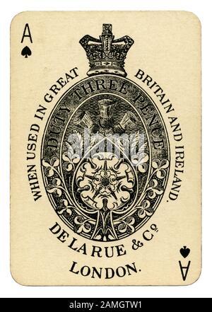 Un vieux titre d'As de Pique - à partir d'un jeu de cartes de promotion d'une coopération et l'Clarke Stirling vieux Lowland Scotch whisky c.1910. Un impôt sur les cartes à jouer commencée en Angleterre en 1588, un insigne de la maison d'impression d'être sur l'as de pique a été nécessaire. Avec de grandes et décorées décoration ce identifié l'imprimante comme ayant payé la taxe d'estampillage'. Ce ace a une couronne, et d'un chardon écossais rose anglais et montre la bouilloire, De La Rue et Co, a payé des droits de douane 3 pence. Bien que cette taxe a été abolie en 1960, cet établissement de recherche as de pique est encore souvent utilisé. Banque D'Images