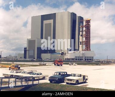Le transporteur transportant le véhicule spatial Apollo 11 Saturn V et le lanceur mobile du bâtiment de l'assemblage du véhicule jusqu'au stand au sommet du Complexe de lancement 39 A, Kennedy Space Center, Floride, États-Unis, 20 mai 1969. Image de courtoisie NASA. () Banque D'Images