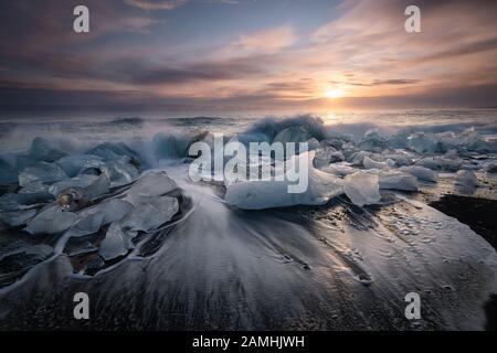 Plage de diamants, blocs de glace dans une plage de sable noir