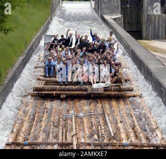 Radeau entièrement occupé sur la rivière Isar lors d'une promenade en radeau dans la vallée de Mühltal près de Strasslach sur la plus longue glissoire d'Europe. [traduction automatique] Banque D'Images