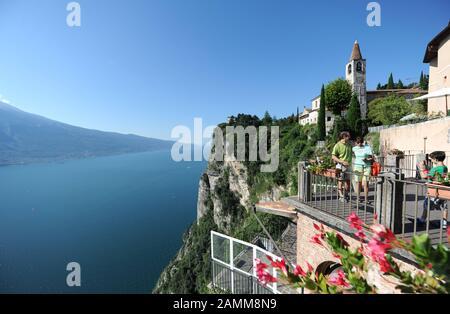Vue depuis une terrasse à Pieve près de Tremosine sul Garda le 'balcon' du lac de Garde occidental. [traduction automatique] Banque D'Images