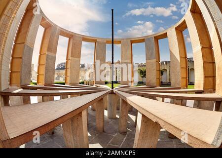 Complexe d'observatoire de Jantar Mantar contre le ciel bleu à Jaipur, Rajasthan, Inde Banque D'Images