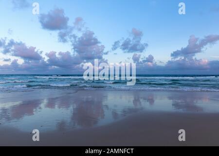 Australie, Yamba, Nouvelle-Galles du Sud, Pippi Beach, nuages reflétés dans le surf
