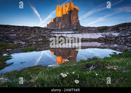 Reflet de Tre Cime di Lavaredo dans un lac, Vénétie, Italie Banque D'Images