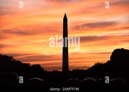 Silhouette du Washington Monument au coucher du soleil, District de Columbia, États-Unis