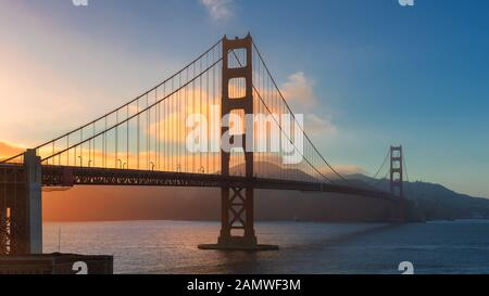 Coucher De Soleil Au Golden Gate Bridge, San Francisco, Californie.