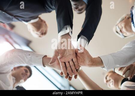 Close-up of business people standing in circle et tenir la main ils se soutenir les uns les autres pendant le travail d'équipe Banque D'Images