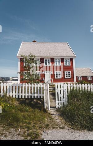 Nuuk ville de Hanse Egede. Capitale du Groenland. Les couleurs des maisons dans une banlieue de la capitale de l'Arctique Nuuk. L'ancien hôpital - l'école à bord de l'eau Banque D'Images