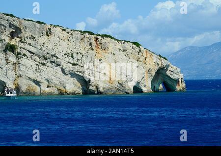 La Grèce, l'île de Zakynthos, excursion bateau et grottes bleues au cap Skinari, l'île de Céphalonie en arrière-plan Banque D'Images
