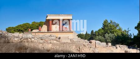 Panoroana de Minoan de l'entrée nord Propylaeum avec ses taureaux peints de chargement, site archéologique du palais de Knossos, Crète Banque D'Images