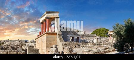 Panorama du Minoan North Entrance Propylaeum avec ses taureaux peints, site archéologique du palais de Knossos, Crète. Au coucher du soleil. Banque D'Images