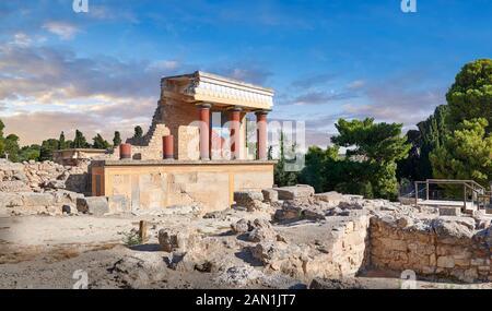 Minoan North Entrance Propylaeum avec ses taureaux peints de chargement, site archéologique du palais de Knossos, Crète. Au coucher du soleil. Banque D'Images