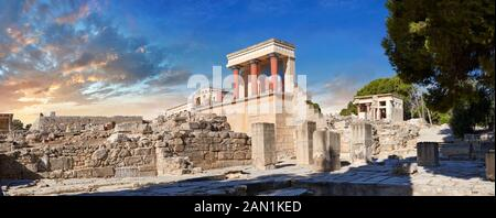 Panorama de Minoan de l'entrée nord Propylaeum avec ses taureaux peints de chargement, site archéologique du palais de Knossos, Crète. Au coucher du soleil. Banque D'Images