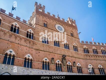 Façade de l'hôtel de ville du Palazzo Publico à Sienne, Toscane, Italie