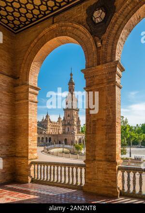 La magnifique Plaza de Espana à Séville, un jour d'été ensoleillé. Andalousie, Espagne. Banque D'Images