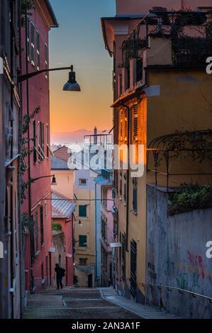 Gênes, Genova: Lanterna (Lighthouse) vue de la caractéristique de couleur typiques ruelles étroites (caruggi, vicoli) et maisons colorées de la vieille ville