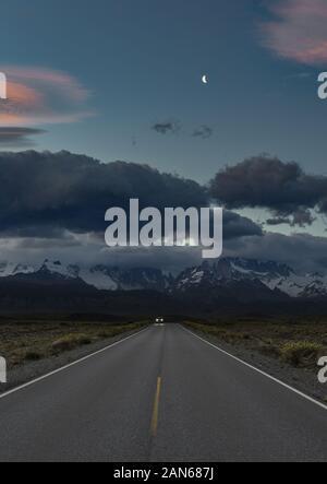 Escape - vous voyagez loin de tempête sur les montagnes dans un ciel clair