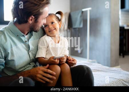 Père et fille de passer du temps ensemble à la maison