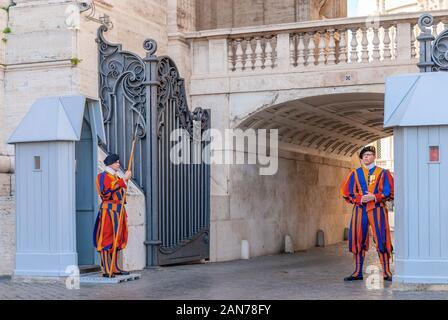 Cité du Vatican, ITALIE - 22 octobre 2019: Des soldats de la Garde Suisse Pontificale debout à côté de la Place Saint Pierre au Vatican Banque D'Images