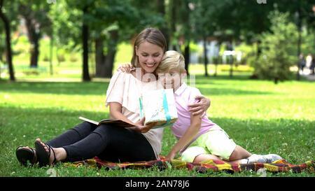 Boy giving present fort à sa mère, le féliciter sa femme avec jour, fils aimant Banque D'Images