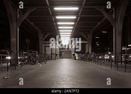 Escalier de la plate-forme d'une station de métro à Berlin, l'entrée de la station de métro, Görlitzer Strasse Berlin Kreuzberg, photo de nuit, noir et blanc