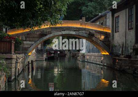 Vieux pont de pierre sur le canal en chinois village, Suzhou Banque D'Images