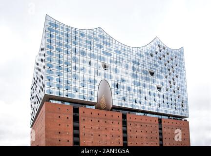 Low angle view of Elbphilharmonie ou Elbe Philharmonic Hall, à Hambourg, en Allemagne, sur un jour nuageux Banque D'Images