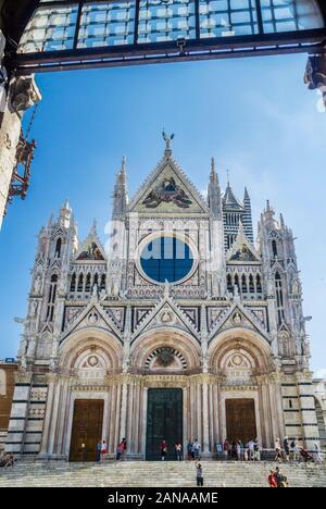 Façade de la Cathédrale de Sienne avec une alternance de bandes de blanc et noir-verdâtre en avec ses trois portail, agissant en tant que la principale entrée de la cathédrale,