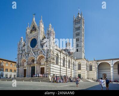 Façade et clocher de la Cathédrale de Sienne avec une alternance de bandes de couleur vert-blanc et marbre noir, symbolisant les couleurs de Sienne, Toscane, Italie