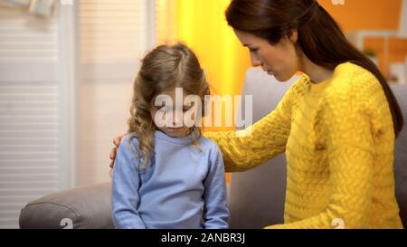 Maman pour la petite fille, lui donner des conseils sur des problèmes à l'école, aux soins
