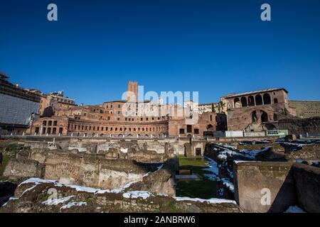 Rome, Italie, février 2018 - neige a couvert Rome, tourisme d'hiver dans la capitale de l'Italie, célèbre destination de voyage en hiver. Forum Romanum avec neige.