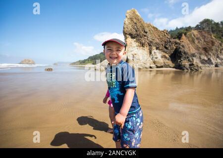 portrait d'un garçon souriant heureux à la plage. Banque D'Images