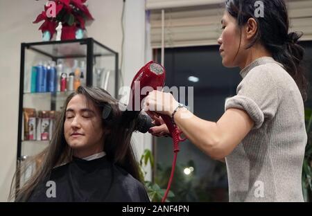 Cromwell, CT / USA - 27 décembre 2019: Salon de beauté asiatique se redresse les cheveux d'une femme d'honneur Banque D'Images